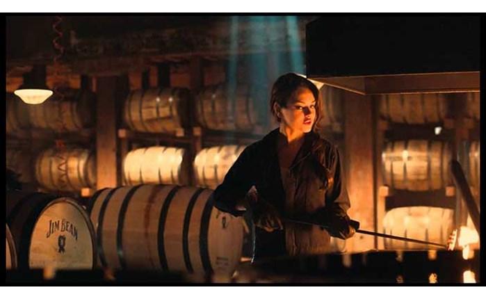 Η Mila Kunis «γράφει ιστορία» με το Jim Beam