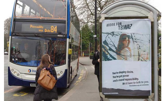 Brandalism: «Χτύπημα» σε διαφημιστικές στη Βρετανία
